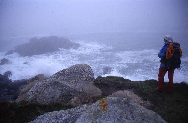 L'immagine si sviluppa sempre in orizzontale. Compressa e appiattita dal cielo da una parte e dall'oceano dall'altra. Il Faro è di per sé un'anomalia verticale., F. Voglino, A. Portporato
