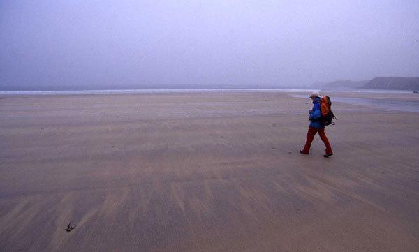 Si riprende il cammino. Oggi siamo di nuovo nella Bretagna misteriosa delle nebbie. Spiaggioni immensi di Les Blancs Sablons. La marea bassa li scopre e lo sguardo si perde smarrito da queste distese percorse dai gabbiani., F. Voglino, A. Portporato