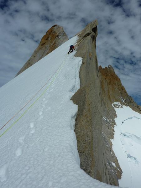 Raggiungendo la cresta superiore dopo il nevaio su Cerro Pollone, Patagonia, arch Kauffman