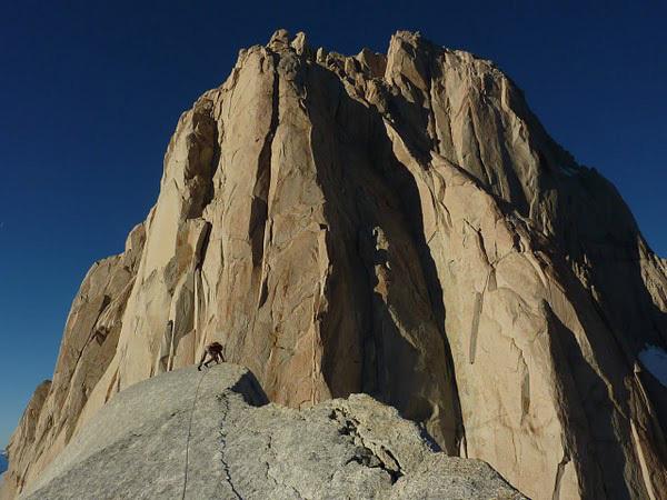 Josh Wharton segue la cresta per raggiungere la cima di Aguja Desmochada, Patagonia, Kauffman & Wharton