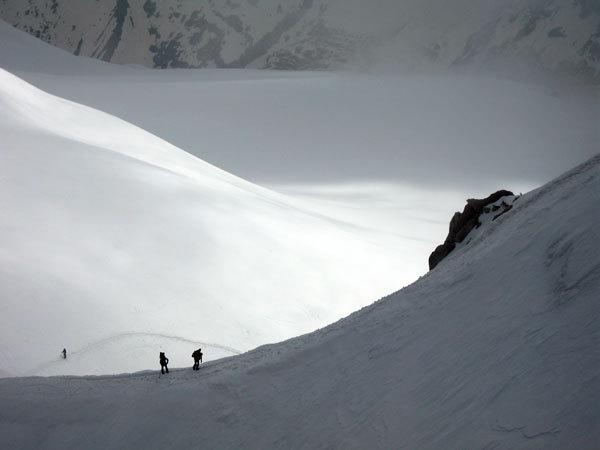 Monte Bianco: Catapultati a 3840m. La funivia che si incastra tra il ghiaccio e subito dopo i passi barcollanti attraverso una galleria buia e umida. La magnificenza dei giochi di luce all'esterno..., Stefano Giussani
