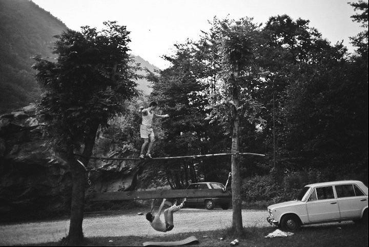 Con Paolo allenamenti continui al Masso di Arquino. Roccia, equilibrio e io appeso alla fessura ad incastro artificiale che aveva costruito Guido Merizzi., arch. Popi Miotti