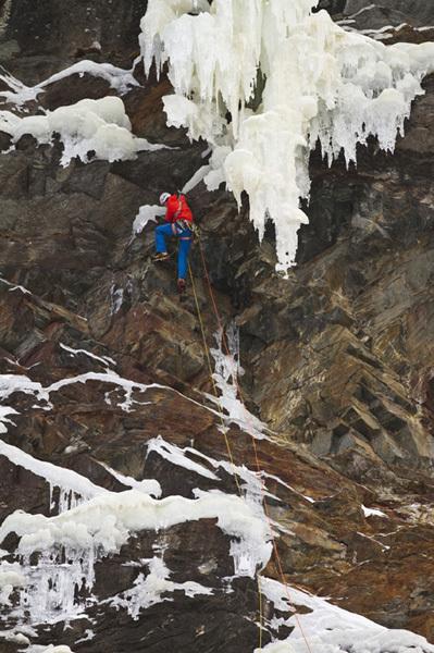 Benedikt Purner climbing Remember Mi WI7-/M8, Hannes Mair