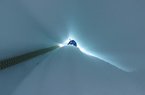 La corda che taglia dentro il fungo di ghiaccio offre il punto di vista di un fiocco di neve., Raphael Slawinski