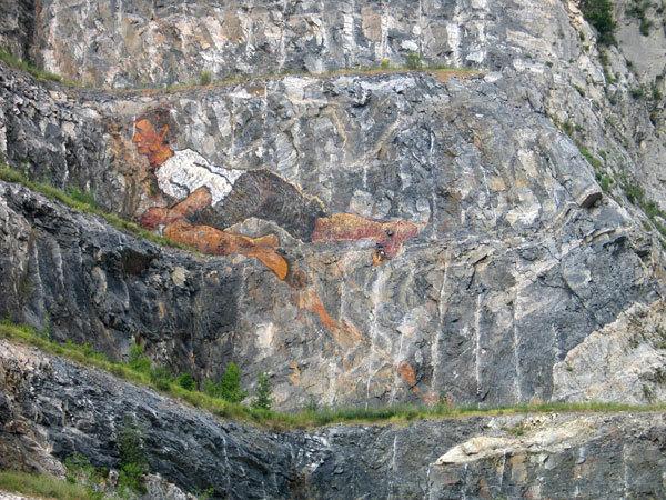 Mario Nebiolo all'opera sulla parete della ex cava Martinetto di Tirano , arch. Mario Nebiolo