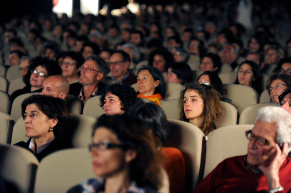 The spectators listen to Erri de Luca, Dino Panato / TrentoFilmfestival 2011