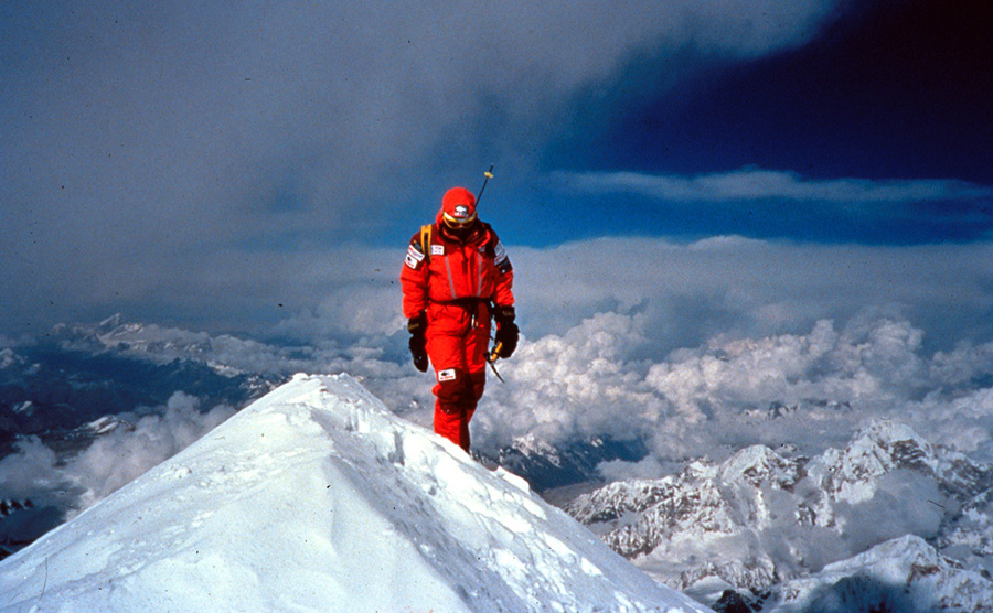 Hans Kammerlander on the summit of Kangchenjunga, Planetmountain.com