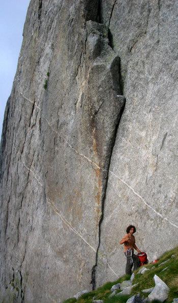 """Giovanni Ongaro alla base della prima lunghezza di """"Religion rebel"""" (7c 1pa. 6c obbl.) sulla parete est della Torre Moai, Val Cameraccio, Gruppo del Masino., arch. G. Ongaro"""