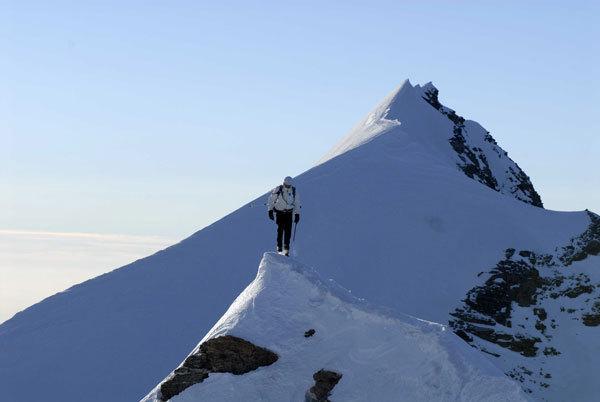 Simone Origone sull'affilata cresta dei Lyskamm, Marco Spataro