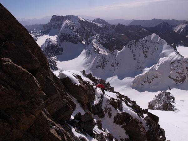 Jim Broomhead su Peak Alexandra con le cime inviolate 5112 e 5025., Kristoffer Szilas