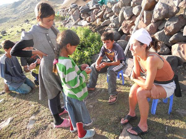 Francesca con i bambini kurdi, archivio Lelio De Bernardin