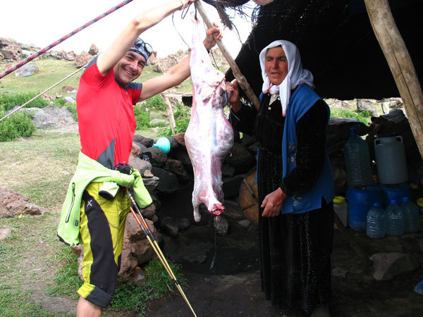 Dopo il sacrificio della pecora si comincia a preparare la cena, archivio Lelio De Bernardin