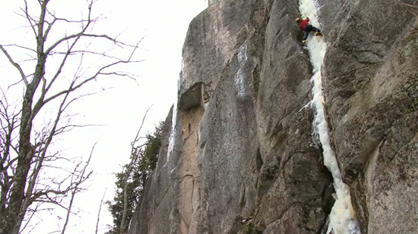 Steve House sale slegato Repentance a Cathedral Ledge in New Hampshire, USA, inverno 2010., Jim Surette, Granite Films