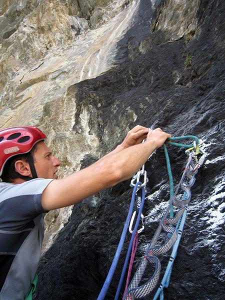 Matteo Giglio posiziona una sosta della via Granatina alla Rocca di Verra, Alessandra Gianatti