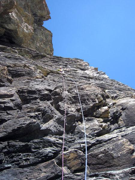 Matteo Giglio sulla roccia compatta sul nono tiro della via Granatina alla Rocca di Verra, Alessandra Gianatti