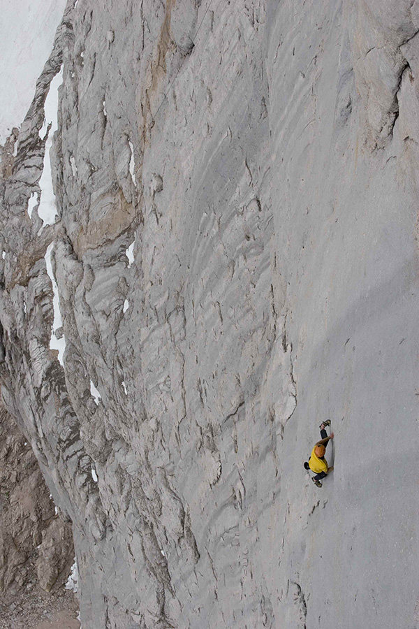 Hansjörg Auer soloing the Fish route, Marmolada, 2007, archivio Auer