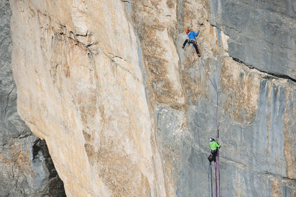 Jakob Schweighofer e Florian Wurm durante la prima ripetizione di Chimera verticale, Civetta, Dolomiti, Michi Meisl / ©adidas.