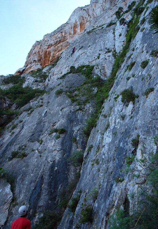 In arrampicata sul primo tiro di Stella di Periferia - Punta Baloo, Monte Gallo, Palermo, archivio M. Flaccavento - G. Barbagallo