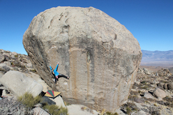 Katharina Saurwein sale un boulder highball a Bishop