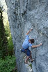 Andrea Polo climbing il Principe della falesia 7c+, Alta Val Aupa