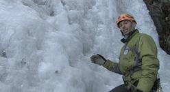L'istruttore guida alpina Stefano Perrone spiega come fare le soste su ghiaccio.