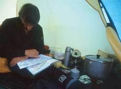 Luigi Trippa in tenda studia la tappa per domani...