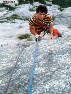 Antonio Boscacci risale le corde al quindicesimo tiro del Paradiso può Attendere sulla parete del Qualido
