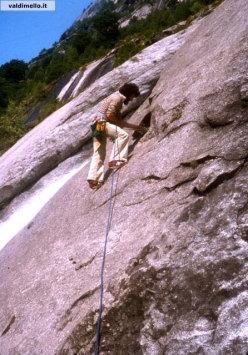 Fine anni settanta. Il mitico Boscacci tempra l'aderenza su Mixomiceto ai piedi, le scarpe da ginnastica From Sport.