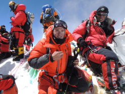 Ueli Steck in cima al Everest il 18/05/2012.