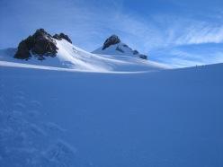 Piramide Vincent a quota 4000 circa sul ghiacciaio del Lys, vista su Balmenhorn a sinistra e Corno Nero a destra