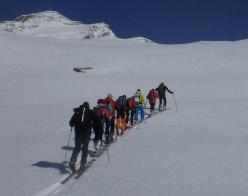 Silvio 'Gnaro' Mondinelli guida il gruppo del Master in Medicina di Montagna durante la giornata dedicata allo sci-alpinismo al Monte Rosa con base il Rif. Vigevano