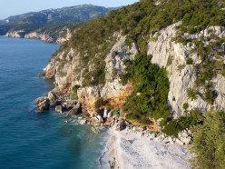 Cala Fuili, una delle falesie sul mare più frequentate della Sardegna