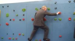 Il Principe Carlo attraversa un muro d'arrampicata sull'isola di Jersey, UK