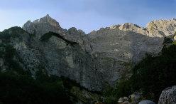 Inferno con vista, parete N Pilastro Montevecchi al Monte Camicia, 1967m. Apertura: G. Basile, C. Iurisci e S. Supplizi a comando alternato, 19 (e 20 solo discesa) luglio 2012.