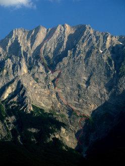 Il tracciato di Vacanze romane (2070m, 43 tiri, EX-) parete Nord Monte Camicia (Gran Sasso).