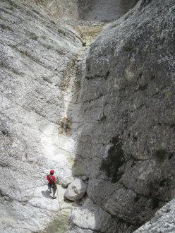 Nella zone delle piscine di Vacanze romane (2070m, 43 tiri, EX-) parete Nord Monte Camicia (Gran Sasso).