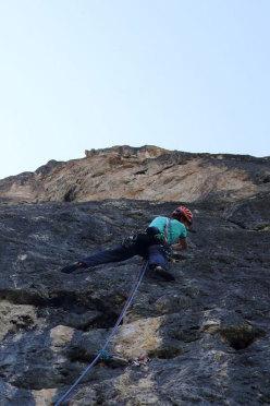 Alex Walpoth sul primo tiro della Via Africa, Torre delle Mesules Est, Dolomiti