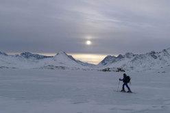 Immagini dal video documentario di Alberto Sciamplicotti che ha per protagonisti la guida alpina altoatesina Robert Peroni, la Groenlandia e il popolo della Terra degli Uomini.