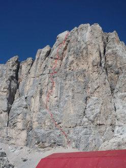 Il tracciato di AlexAnna  (740m, 8a+ max, 7a+ obbl.) la via aperta e liberata da Rolando Larcher sulla parete sud di Punta Penia (Marmolada, Dolomiti).
