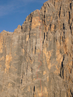 The route line of Colonne d'Ercole  (1200m, max IX, obl. VIII+) , Punta Tissi, Civetta, Dolomites, established between 2009 and 2012 by Alessandro Baù, Alessandro Beber and Nicola Tondini. First free ascent 7-8/09/2012 by Baù, Beber and Tondini.