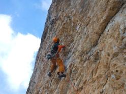 Durante la prima libera di Vai degli Angeli,  (7c, 270m) sulla parete nord della Punta di Campiglio, Gruppo del Brenta