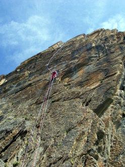 Max risale le corde fisse Su L4 e L5 di Eppure il vento soffia ancora, Rocca la Meja, Val Maira