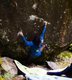 Niccolò Ceria sul boulder L'ombre du vent nel Murgtal, Svizzera