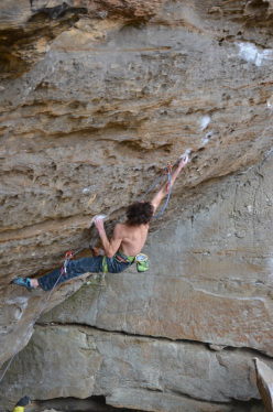 Adam Ondra sale flash la via Southern smoke direct 9a a Red River Gorge, USA