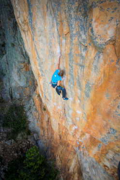 28/10/2012: Mayan Smith-Gobat climbing Punks in the Gym (32/8b+) at Arapiles, Australia.