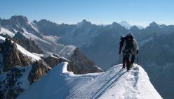 Sulla Cresta Midi-Plan, Monte Bianco, durante un corso di formazione per diventare Guida Alpina
