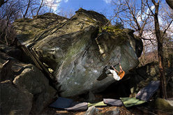Christian Core su Gioia, 8c boulder, Antro dei druidi, al Potala di Varazze (SV)