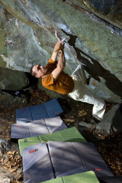 Christian Core climbing Gioia, 8c boulder, Antro dei druidi, Potala di Varazze (Italy)