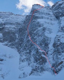The route line of Schiefer Riss on the Sagwand, climbed for the first time in winter by Hansjörg Auer, David Lama and Peter Ortner on 16-17/03/2013
