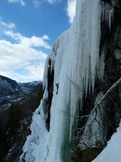 Ice climbing in Norway: Fossekjerringa (II/WI 5, 100m)
